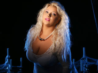 Photo de profil sexy du modèle PlayfulxHolly, pour un live show webcam très hot !